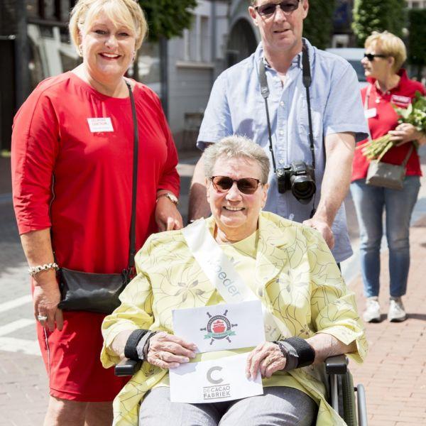 V.l.n.r. Linda Haverkamp (centrummanager), Mien van den Broek(Moeder van het jaar), Familie(Moeder van het jaar) Foto: KVGPhotos
